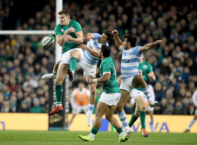 Jacob Stockdale competes for a high ball with Matias Orlando and Bautista Delguy