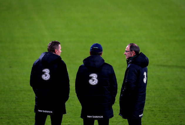 Martin O'Neill speaks with Roy Keane and Steve Guppy
