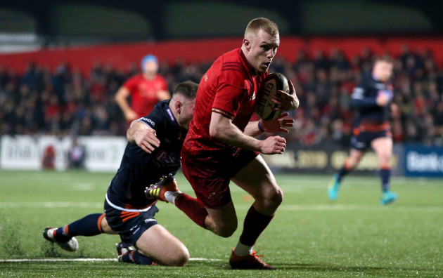 Keith Earls scores a try despite David Cherry