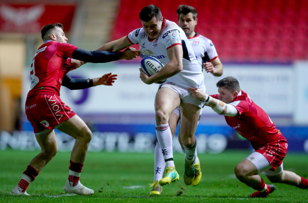 Jacob Stockdale runs in a try despite Gareth Davies and Steff Evans