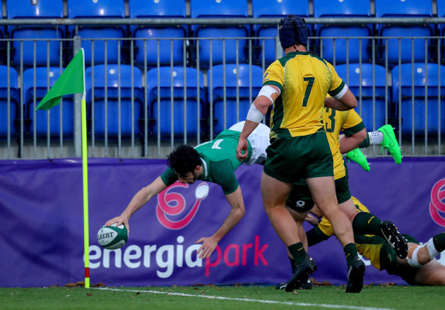 Andrew Smith scores a try
