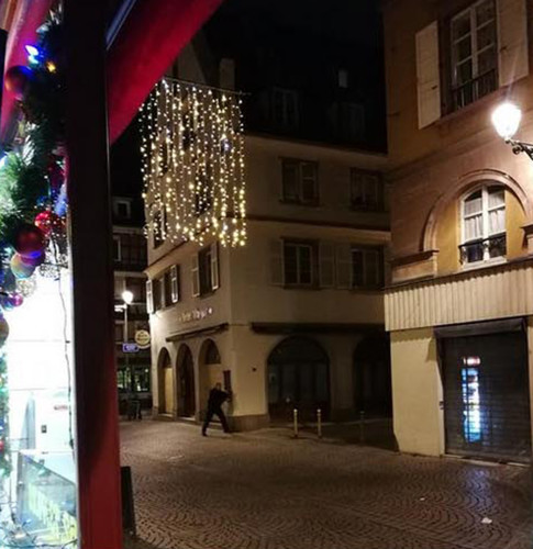 France, Strasbourg: Shoot at Strasbourg christmas market. At least one dead and some injured e / Panic on the streets