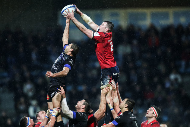 Peter O'Mahony competes for a lineout with Yannick Caballero