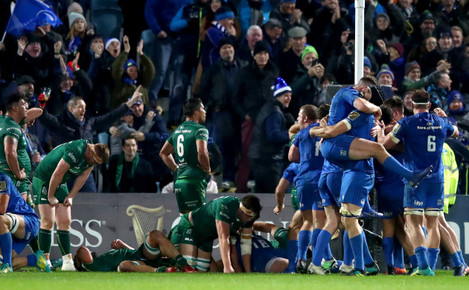 Leinster players celebrate Andrew Porter's winning try