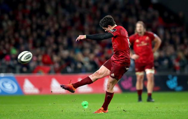 Joey Carbery kicks a penalty