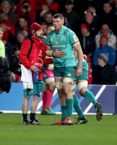 Peter O'Mahony leaves the field with an injur