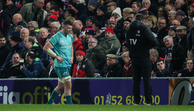 Peter O'Mahony leaves the field with an injury