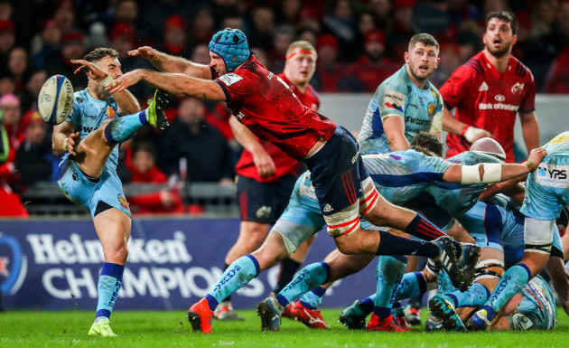 Tadhg Beirne blocks a kick from Nic White