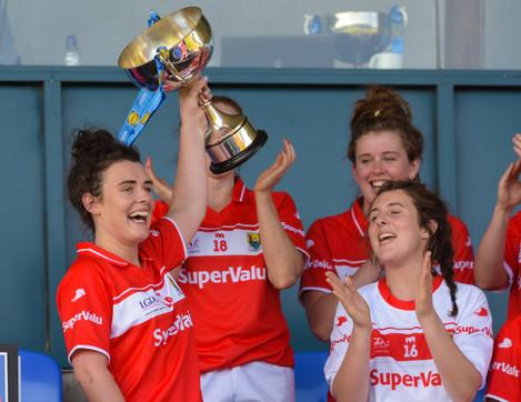 Doireann O'Sullivan lifts the league trophy