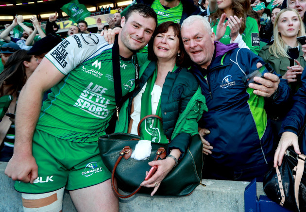 Robbie Henshaw celebrates with his mother Audrey and father Tony