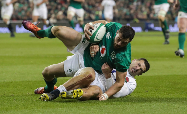 Robbie Henshaw tackled by Jonny May