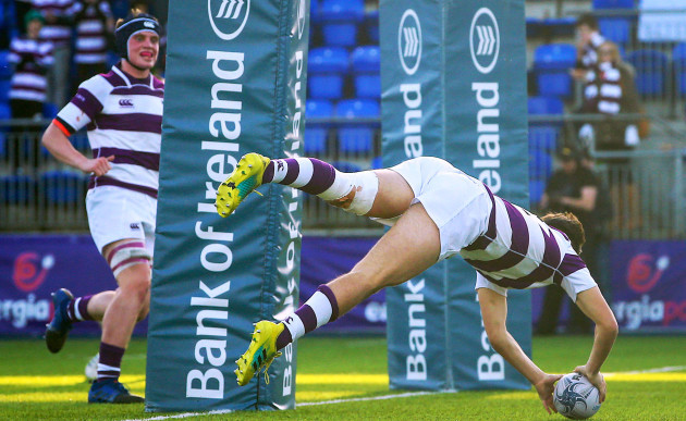 Hugo Philips scores a try