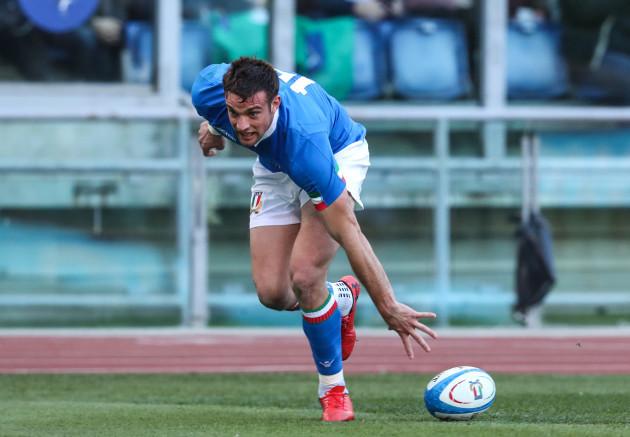 Edoardo Padovani scores a try