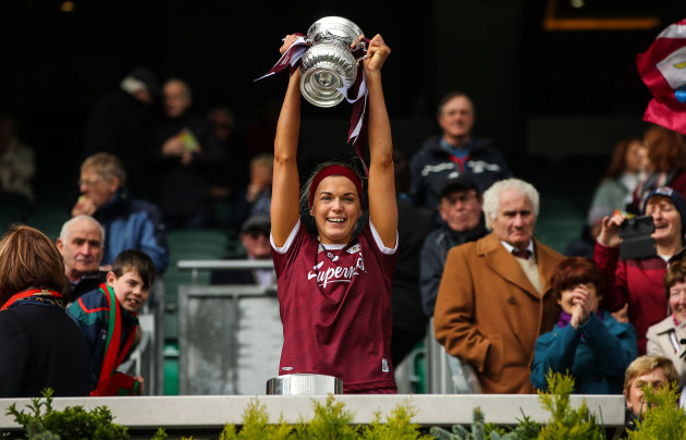 Sarah Dervan lifts the trophy