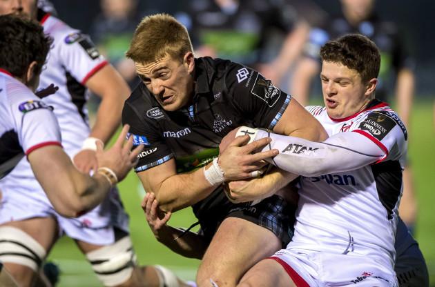 Angus Kernohan tackles Kyle Steyn