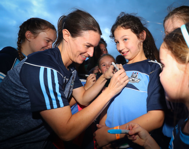 Sinead Aherne signs a jersey