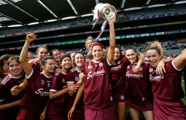 Sarah Dervan celebrates with the trophy