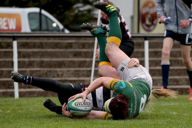 Lindsay Peat scores a try