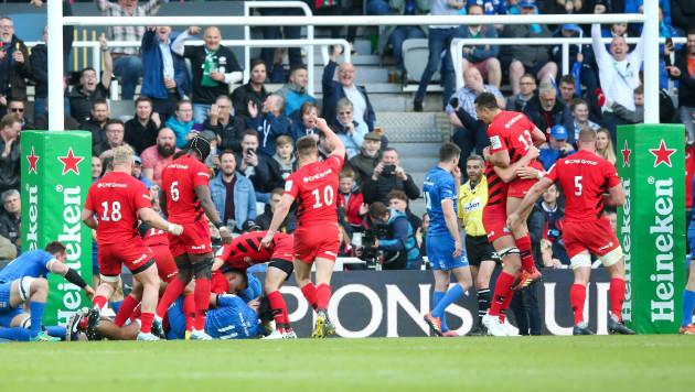 Owen Farrell celebrates as Billy Vunipola scores a try