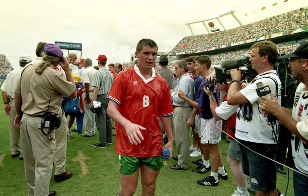 Roy Keane leaves the field after the game