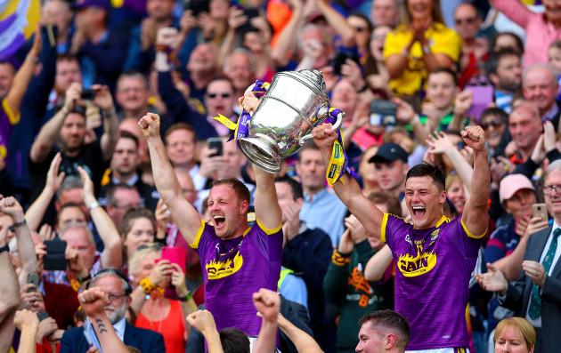 Matthew O'Hanlon and Lee Chin lift the trophy