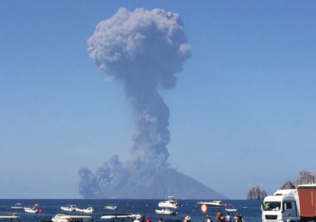 Italy,: Stromoli volcano explosions, : tourists fleeing into the sea