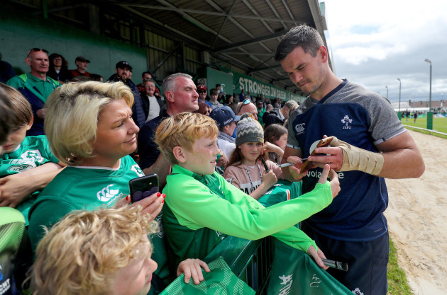 Johnny Sexton takes a selfie with fans after training
