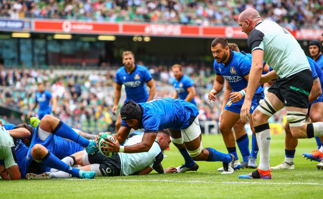 Maxime Mbanda scores his sides first try
