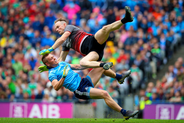 Con O'Callaghan collides with Rob Hennelly