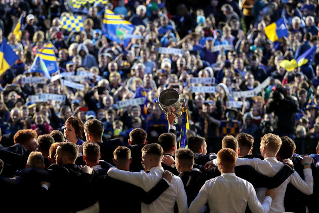 tipperary-players-celebrate-with-the-liam-mccarthy-cup