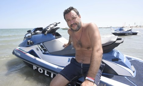 il-ministro-matteo-salvini-in-spiaggia-a-milano-marittima