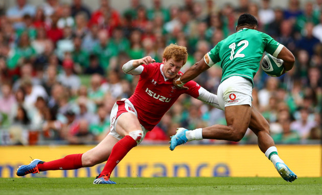 rhys-patchell-goes-to-tackle-bundee-aki