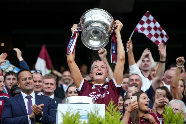sarah-dervan-lifts-the-oduffy-cup