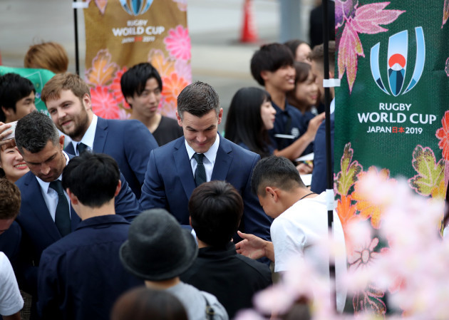 jonathan-sexton-signs-autographs-for-fans-before-the-ceremony