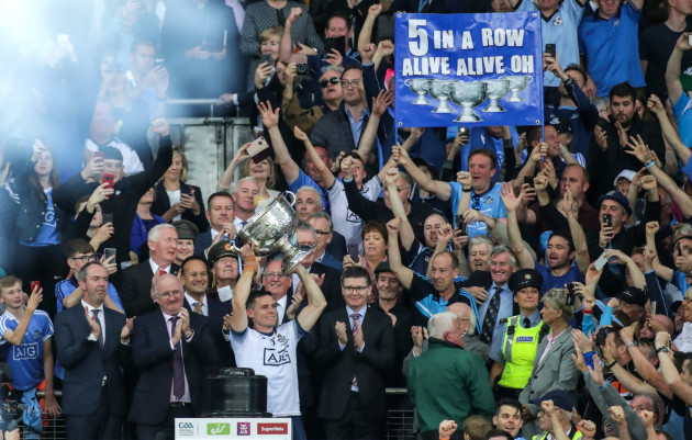 stephen-cluxton-lifts-the-sam-maguire-cup