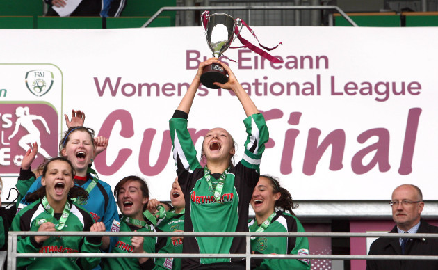louise-quinn-lifts-the-cup