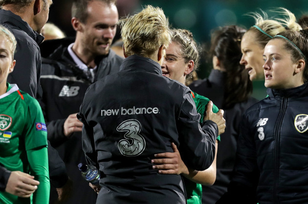 vera-pauw-celebrates-after-the-game-with-leanne-kiernan