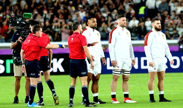 nigel-owens-speaks-to-the-england-team-as-they-watch-the-haka