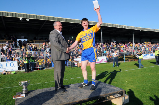 pat-o-donnell-presents-the-man-of-the-match-award-to-niall-gilligan