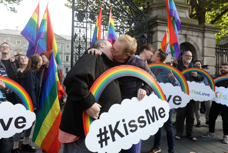 4349 Kissing protest_90584338