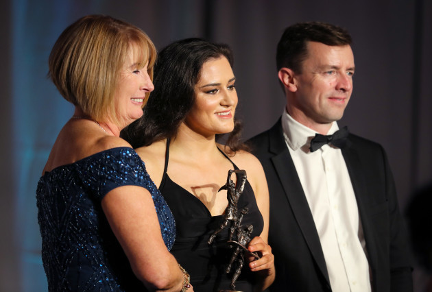 sarah-healy-receives-her-all-star-award-from-uachtaran-kathleen-woods-and-stuart-trotter-liberty-insurance