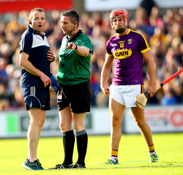 saoirse-bulfin-speaks-with-referee-fergal-horgan