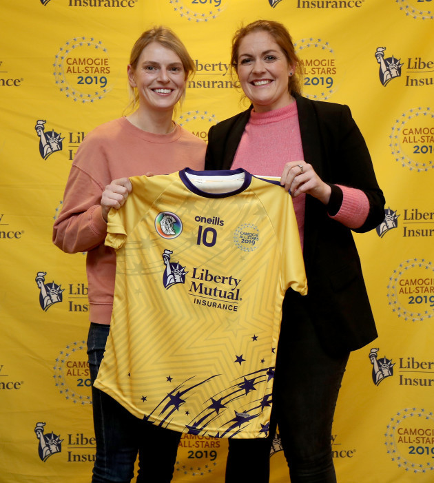 fiona-coghlan-presents-the-tour-jersey-to-niamh-mulcahy
