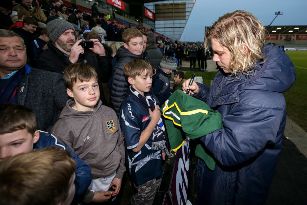 faf-de-klerk-signs-autographs-after-the-game