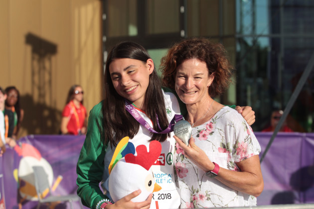 sophie-osullivan-is-presented-with-her-silver-medal-by-her-mother-sonia-osullivan