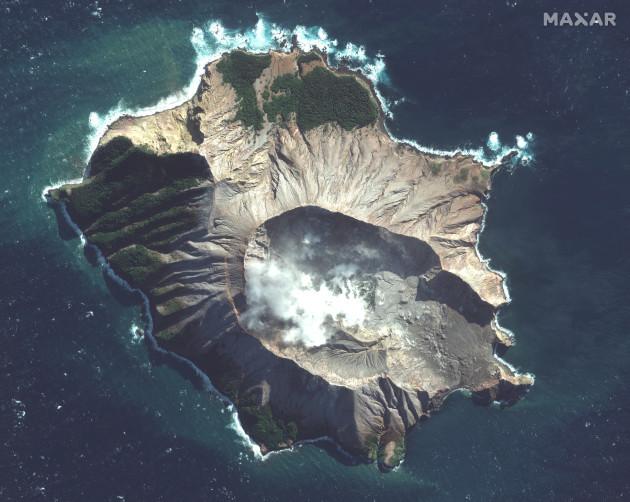 new-zealand-volcsano-erupts