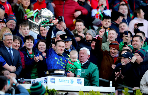 andy-moran-lifts-the-trophy