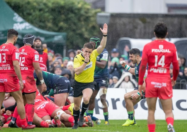 connacht-are-awarded-a-penalty-try-by-luke-pearce