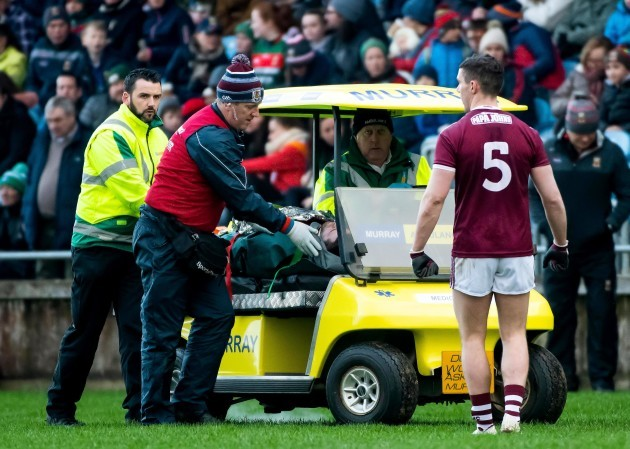 fiontan-o-curraoin-leaves-the-field-due-to-an-injury