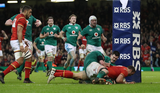 jamie-roberts-scores-a-try-despite-jonathan-sexton-and-donnacha-ryan